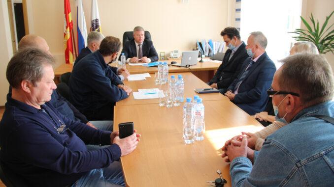 Станислав Иванович Мошаров, заместитель губернатора, (на фото в центре) беседует с городскими депутатами