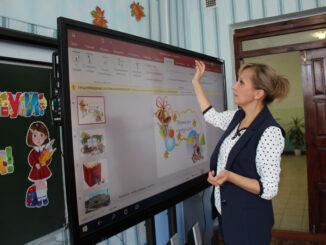 Ольга Викторовна Черкасова демонстрирует возможности интерактивной доски