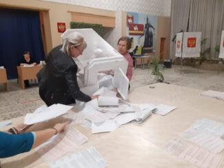 Члены участковой избирательной комиссии №934 приступают к процедуре подсчета голосов избирателей