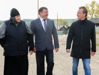 Матушка Феодосия, глава поселения Анатолий Титов и депутат Госдумы Владимир Бурматов