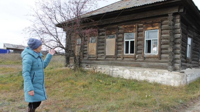 Глядя на этот полуразрушенный сельский дом, не сразу поймёшь, что это действующее отделение почтовой связи