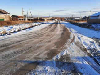 Отремонтированная дорога на улице Революционной в с. Тюбук присыпана первым снегом
