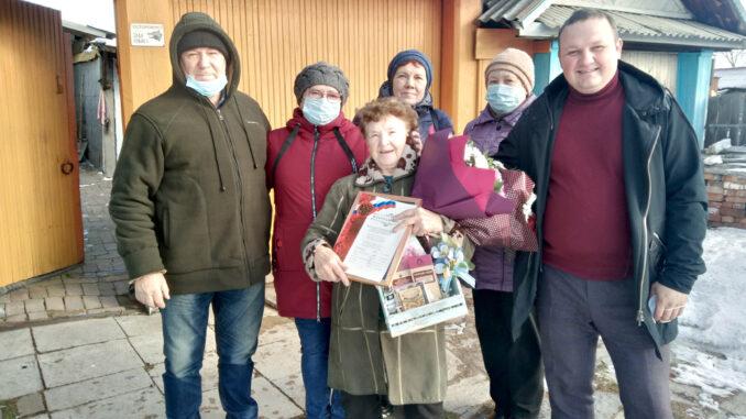 Екатерина Ивановна Маслакова (в центре), принимает поздравления с юбилеем